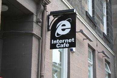 在爱丁堡网吧墙壁上的IE标志
