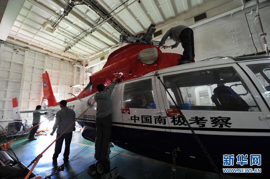 """(搜寻马航370航班)(2)""""雪龙""""号做好直升机搜寻准备"""