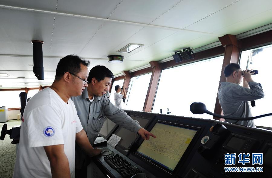 """(搜寻马航370航班)(2)""""雪龙""""号大洋科考队员绘制南印度洋""""流场图"""""""