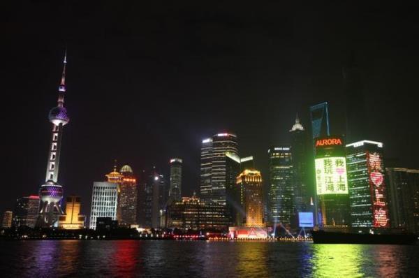 沪上最大二维码引关注 市民扫描险掉黄浦江